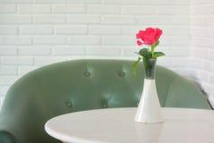 Roses roses sur la table, le concept de l'amour et coeurs sur Valen Image libre de droits
