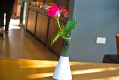 Roses roses sur la table, le concept de l'amour et coeurs sur Valen Photos stock