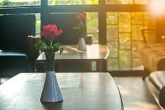 Roses roses sur la table, le concept de l'amour et coeurs sur Valentine& x27 ; jour de s Photographie stock libre de droits