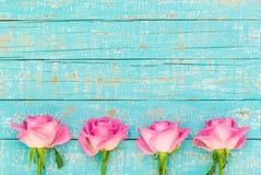 Roses roses sur le bois bleu-clair au style de vintage Photos stock