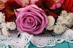 Roses sur le bureau en bois dans un style de vintage Images stock