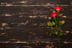 Roses sur le fond en bois grunge Photo libre de droits