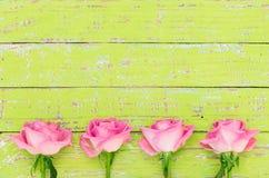 Roses roses sur le fond en bois vert au style de vintage Photographie stock