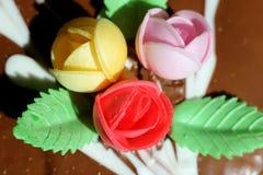 Roses sur le gâteau Photos stock