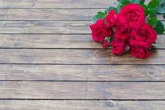 Roses sur un fond en bois Photos stock