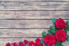 Roses sur un fond en bois Photographie stock libre de droits