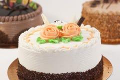 Roses sur un gâteau Photographie stock libre de droits