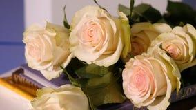 Roses roses sur un vieux livre Fin de fleur rose de pétale rose avec le bouquet rose de fleur de rose de pastel sur le livre ouve Photos libres de droits