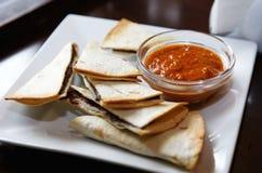 Rosetón con la salsa y los pretzeles Fotografía de archivo libre de regalías