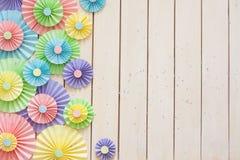 Rosetón de papel en colores pastel brillante colorido Adornamiento para un partido Imagenes de archivo