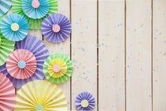 Rosetón de papel en colores pastel brillante colorido Adornamiento para un partido Foto de archivo libre de regalías