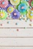 Rosetón de papel en colores pastel brillante colorido Adornamiento para un partido Imagen de archivo libre de regalías