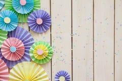 Rosetón de papel en colores pastel brillante colorido Adornamiento para un partido Foto de archivo