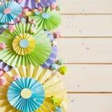 Rosetón de papel en colores pastel brillante colorido Adornamiento para un partido Fotografía de archivo