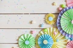 Rosetón de papel en colores pastel brillante colorido Adornamiento para un partido Imagen de archivo