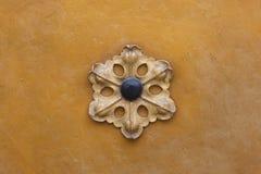 Rosetón floral dorado decorativo del metal Imagenes de archivo