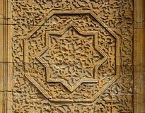 Rosetón octagonal de madera hermoso de la estrella con el estampado de flores - detalles de la puerta medieval de la tumba del `  fotos de archivo