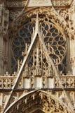 Rosett och prydnader av den gotiska fasaden Fotografering för Bildbyråer