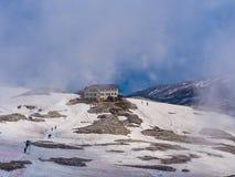 Rosetta bergkoja i en dag med snö och dimma, Dolomites, Italien Royaltyfri Foto