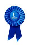 Rosette bleue de gagnants plissée par circulaire Photographie stock