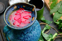 Rosewater in brocca blu fotografia stock