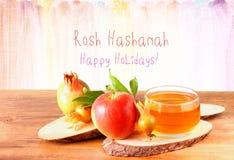 Rosh hashanah概念-苹果蜂蜜和石榴在木桌 免版税库存照片