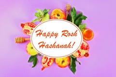 Rosh hashanah犹太新年假日概念 传统标志 苹果,蜂蜜,石榴 顶视图 平的位置 图库摄影