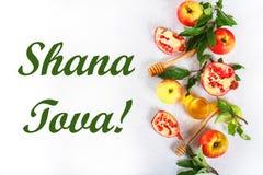 Rosh hashanah犹太新年假日概念 传统标志 苹果,蜂蜜,石榴 Shana Tova 顶视图 平的位置 库存照片