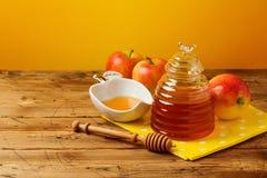 Rosh hashanah犹太新年假日庆祝概念 蜂蜜和苹果在黄色背景 库存图片