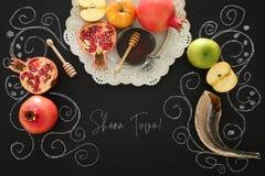 Rosh hashanah & x28; żydowski nowego roku holiday& x29; pojęcie symbole tradycyjni Tekst SHANA TOVA znaczy SZCZĘŚLIWEGO nowego ro zdjęcie royalty free