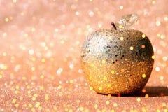 Rosh hashanah & x28; żydowski nowego roku holiday& x29; pojęcie Tradycyjny symbol, dekoracyjny błyskotliwości złota jabłko zdjęcie stock