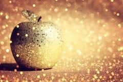 Rosh hashanah & x28; żydowski nowego roku holiday& x29; pojęcie Tradycyjny symbol, dekoracyjny błyskotliwości złota jabłko fotografia stock