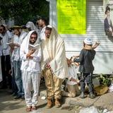 Rosh Hashanah, Żydowski nowy rok Mszalna modlitwa pielgrzymi Hasidim na ulicie Hasid żartuje ciosu Shofar zdjęcie stock