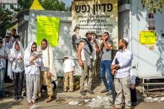 Rosh Hashanah, Żydowski nowy rok Mszalna modlitwa pielgrzymi Hasidim na ulicie Żydowski hasid dmucha Shofar zdjęcie royalty free