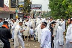 Rosh Hashanah, Żydowski nowy rok 5778 Mszalna modlitwa pielgrzymi Hasidim na ulicie miasto Uman obrazy royalty free