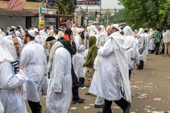 Rosh Hashanah, Żydowski nowy rok 5778 Mszalna modlitwa pielgrzymi Hasidim na ulicie miasto Uman zdjęcie stock