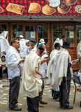 Rosh Hashanah, Żydowski nowy rok 5778 Mszalna modlitwa pielgrzymi Hasidim na ulicie miasto Uman fotografia stock