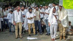 Rosh Hashanah, Żydowski nowy rok 5778 Mszalna modlitwa pielgrzymi Hasidim na ulicie miasto Uman obraz royalty free