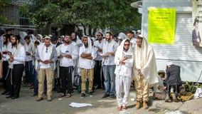 Rosh Hashanah, Żydowski nowy rok 5778 Mszalna modlitwa pielgrzymi Hasidim na ulicie miasto Uman obrazy stock