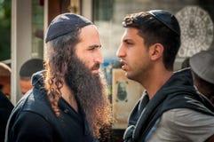 Rosh Hashanah, Żydowski nowy rok 5777 Pielgrzymi Hasidim w tradycyjnym świątecznym ubiorze świętują masę w sity Uman obraz stock