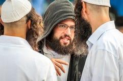 Rosh Hashanah, Żydowski nowy rok 5777 Pielgrzymi Hasidim w tradycyjnym świątecznym ubiorze świętują masę w sity Uman obraz royalty free