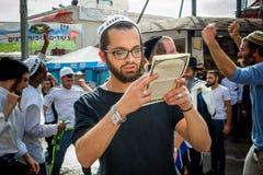 Rosh Hashanah, Żydowski nowy rok 5777 Pielgrzymi Hasidim w tradycyjnym świątecznym ubiorze świętują masę w sity Uman obrazy royalty free