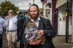 Rosh Hashanah, εβραϊκό νέο έτος 5777 Κατά τη διάρκεια των μαζικών διακοπών, ο προσκυνητής Hasid πωλεί τη θρησκευτική λογοτεχνία στοκ φωτογραφίες με δικαίωμα ελεύθερης χρήσης
