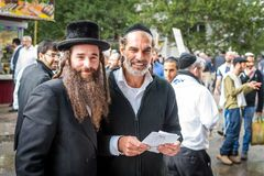 Rosh Hashanah, εβραϊκό νέο έτος 5777 Οι προσκυνητές Hasidim στην παραδοσιακή εορταστική ενδυμασία γιορτάζουν τη μάζα σε sity το U στοκ φωτογραφία