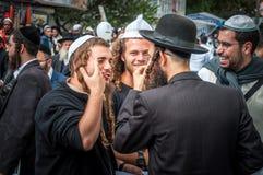 Rosh Hashanah, ano novo judaico 5777 Os peregrinos de Hasidim no vestuário festivo tradicional comemoram a massa no sity o Uman Fotografia de Stock Royalty Free