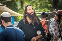 Rosh Hashanah, ano novo judaico 5777 Os peregrinos de Hasidim no vestuário festivo tradicional comemoram a massa no sity o Uman Fotos de Stock Royalty Free