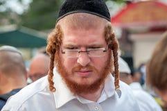 Rosh Hashanah, ano novo judaico 5777 Os peregrinos de Hasidim no vestuário festivo tradicional comemoram a massa no sity o Uman Foto de Stock Royalty Free