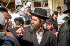 Rosh Hashanah, ano novo judaico 5777 Os peregrinos de Hasidim no vestuário festivo tradicional comemoram a massa no sity o Uman Fotos de Stock