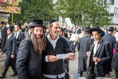 Rosh Hashanah, ano novo judaico 5777 Os peregrinos de Hasidim no vestuário festivo tradicional comemoram a massa no sity o Uman Imagens de Stock Royalty Free
