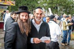 Rosh Hashanah, ano novo judaico 5777 Os peregrinos de Hasidim no vestuário festivo tradicional comemoram a massa no sity o Uman Fotografia de Stock